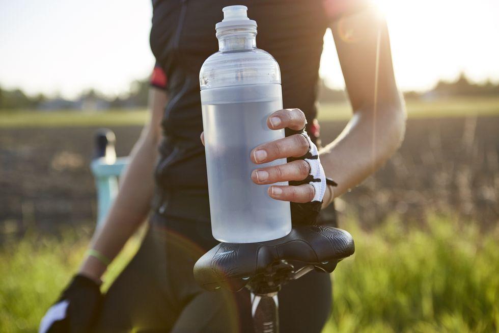 Khi đạp xe trong thời tiết nắng nóng cần bổ sung nước một cách đẩy đủ và hiệu quả.