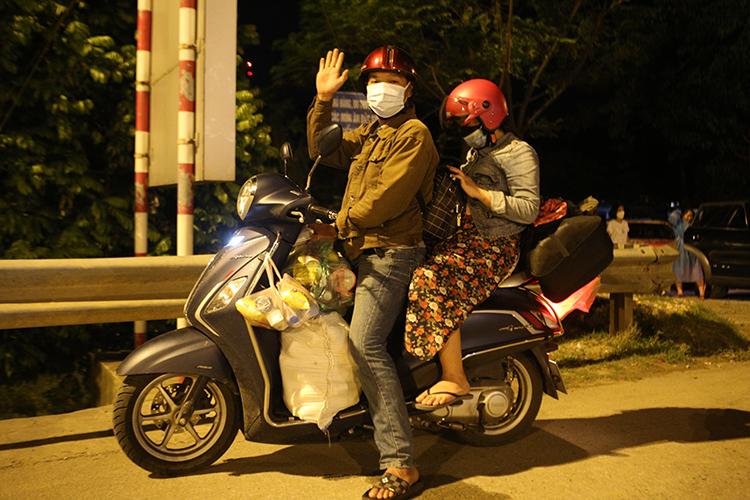 Người dân Nghệ An đi xe máy từ TP Hồ Chí Minh về Nghệ An, đêm 30/7. Ảnh: Nguyễn Hải