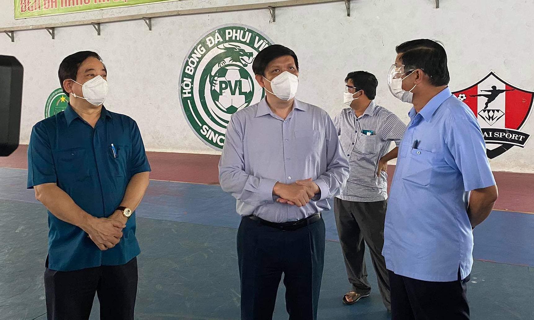 Bộ trưởng Long (giữa) và lãnh đạo tỉnh khảo sát địa điểm thiết lập Trung tâm điều trị tích cực tại Hoà Phú. Ảnh: Thái Bình.
