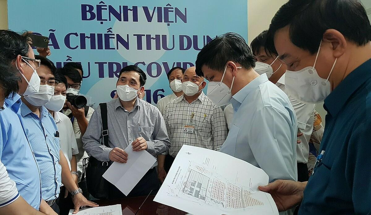 Bộ trưởng Y tế Nguyễn Thanh Long khảo sát tại Bệnh viện dã chiến số 16, chiều 1/8. Ảnh: Mỹ Lê.