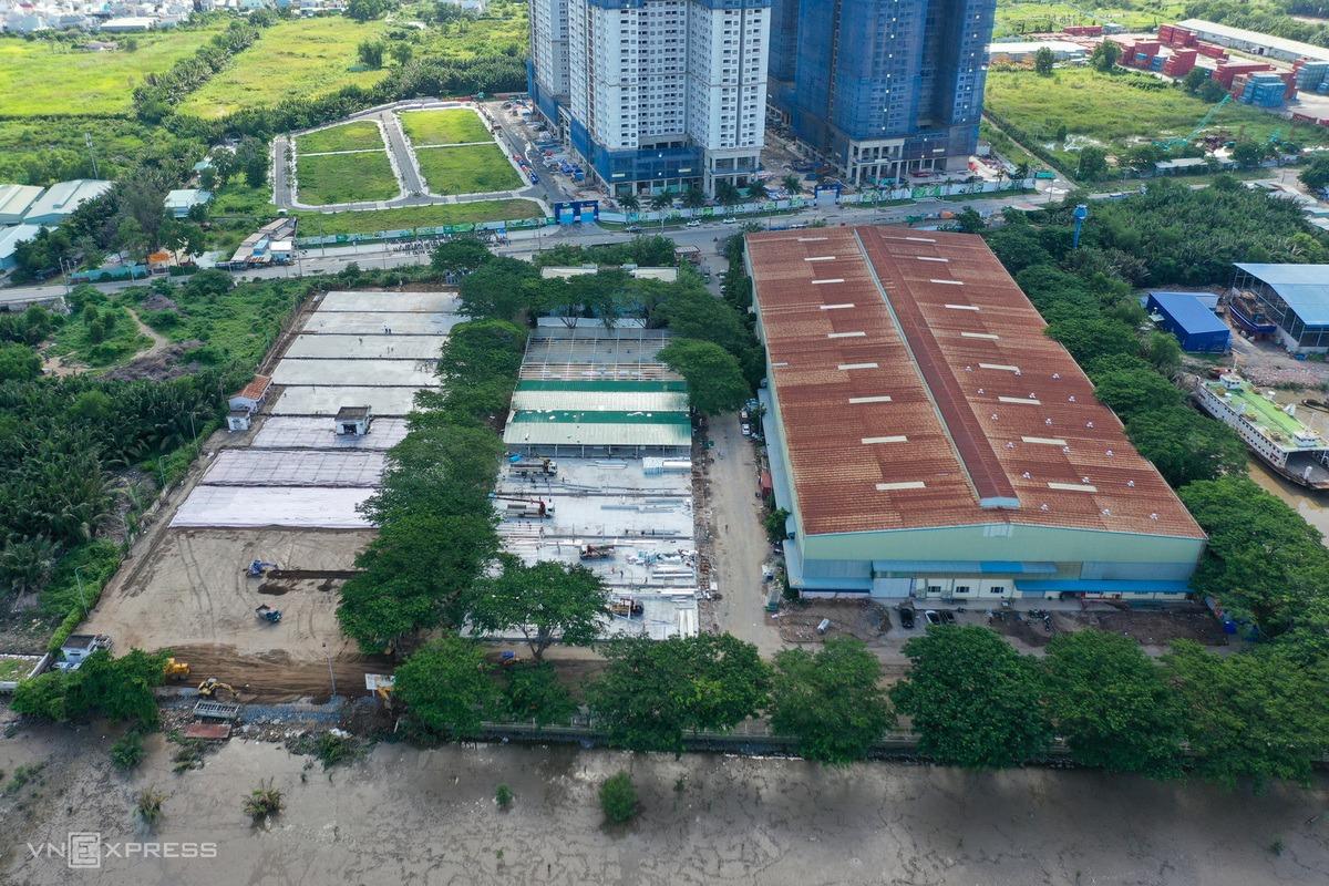 Bệnh viện dã chiến số 16 trong giai đoạn thi công hồi giữa tháng 7, được xây dựng trên khu đất và nhà xưởng rộng khoảng 3 ha của một công ty.