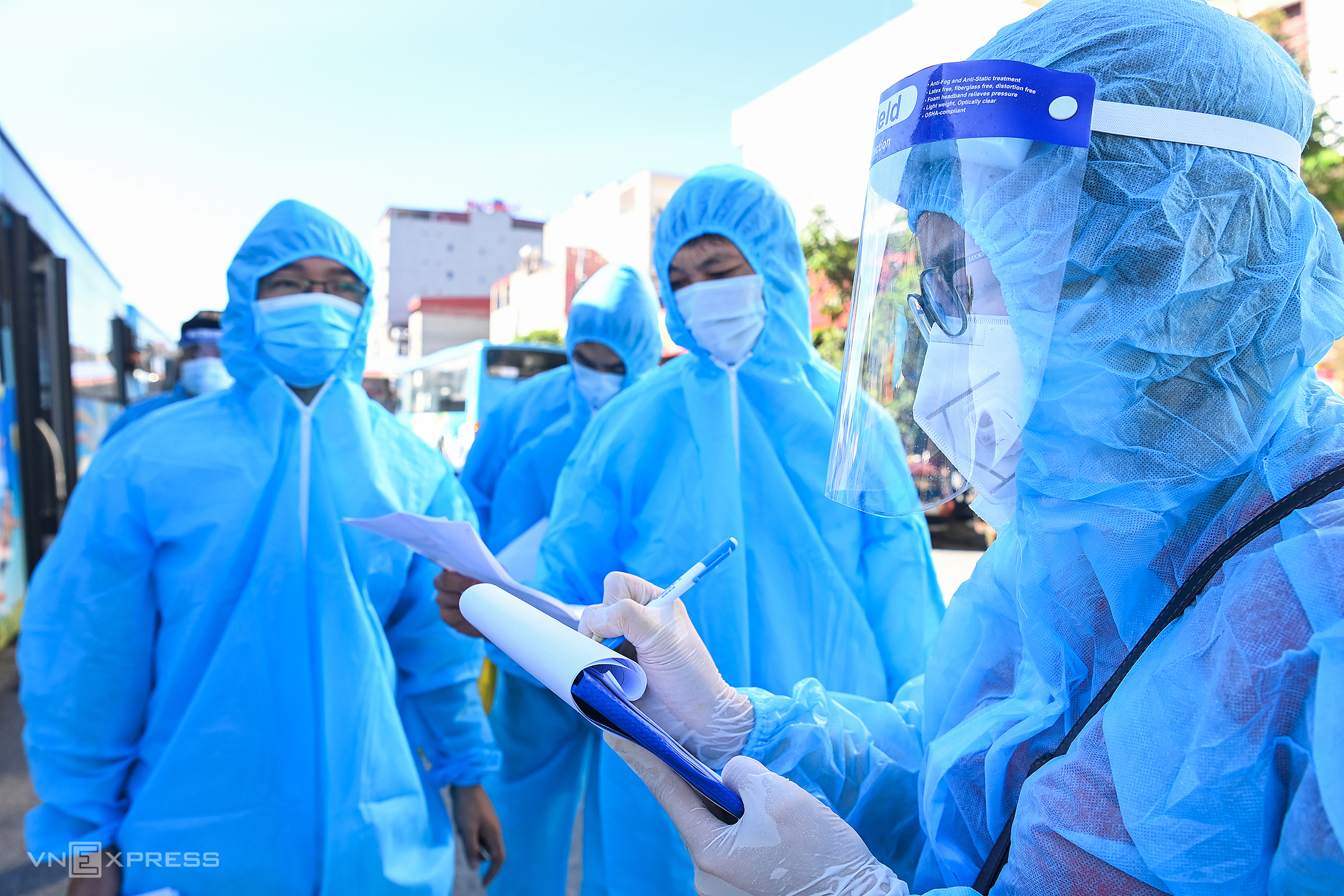 Nhân viên điểm danh công nhân từ Bắc Giang về Hà Nội, ngày 15/6. Ảnh:Giang Huy.