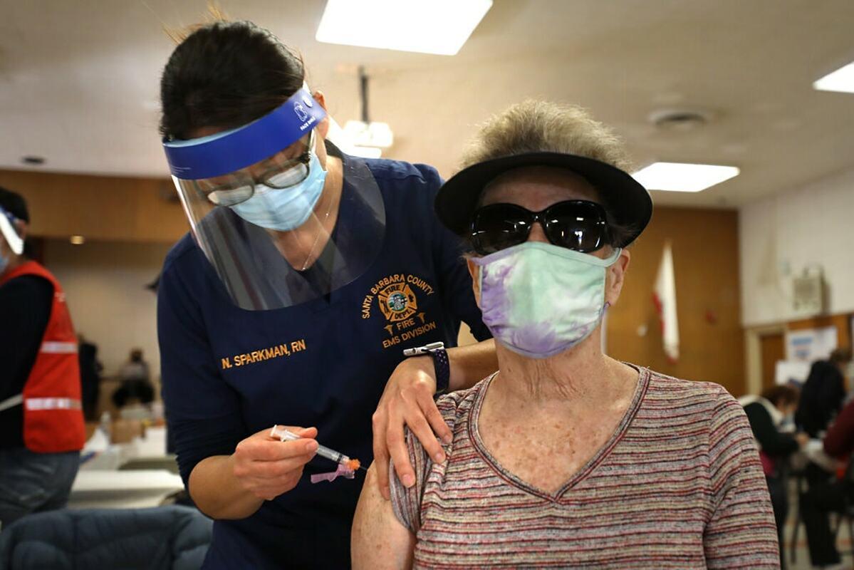 Một phụ nữ được tiêm vaccine Covid-19 tại Santa Barbara, California, tháng 1/2021. Ảnh: NY Times