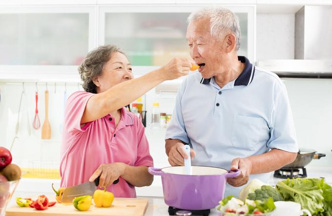 Người lớn tuổi cần có chế độ dinh dưỡng phù hợp với khả năng ăn uống. Ảnh:Shutterstock.