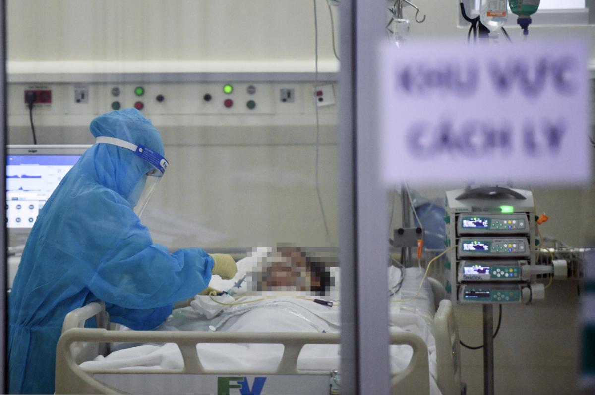 Chăm sóc bệnh nhân Covid-19 tại bệnh viện. Ảnh: Bệnh viện cung cấp.