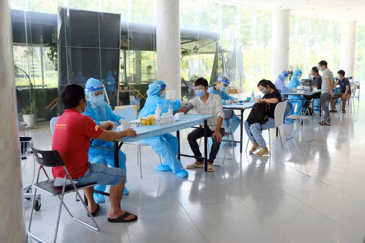 Nhân viên y tế Bệnh viện FV tham gia chiến dịch tiêm chủng vaccine cho người dân theo phân công của Sở Y tế TP HCM. Ảnh: Bệnh viện cung cấp.