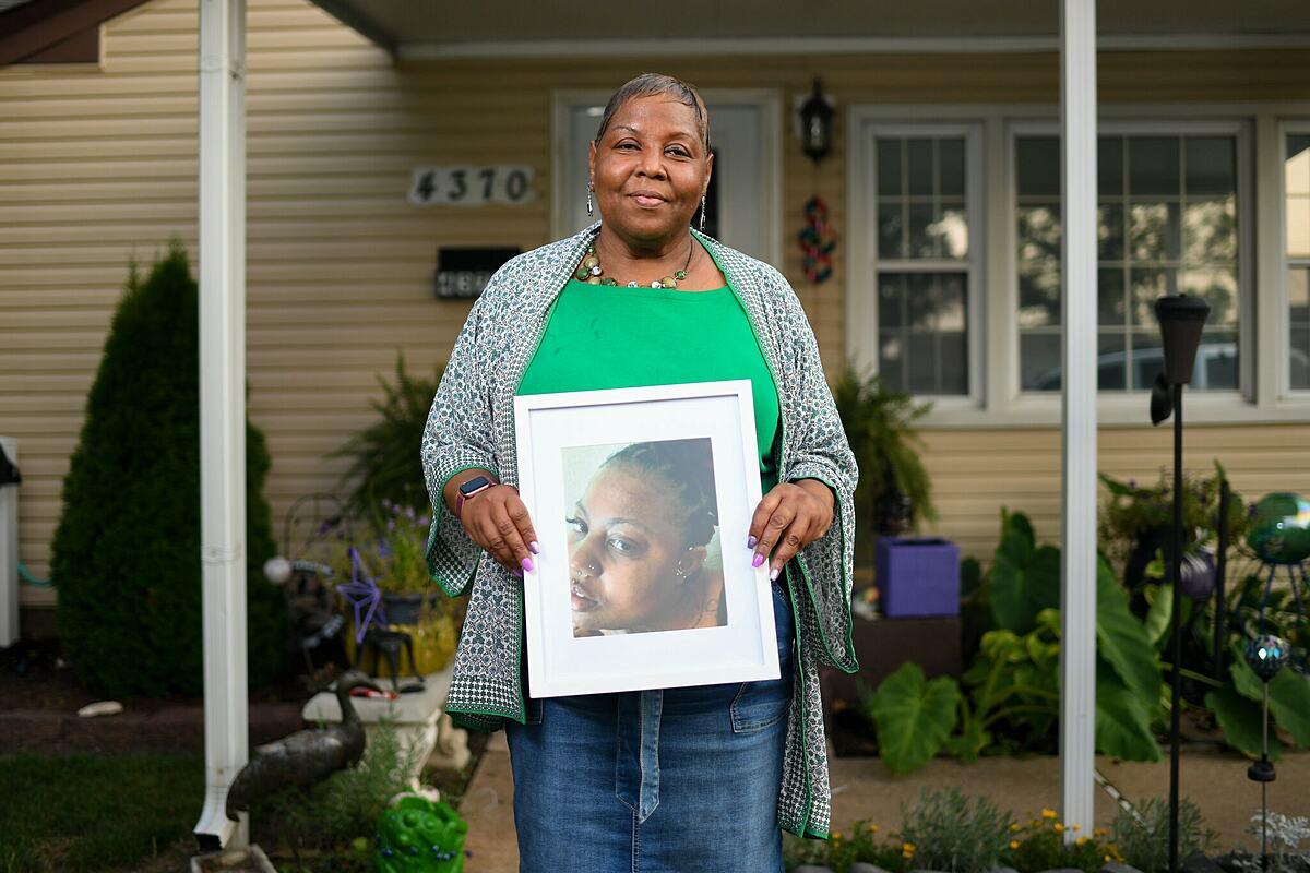 Bà Kimberle Jones cầm di ảnh của con gái là  Erica Thompson, 37 tuổi, tại nhà riêng ở thành phố St. Ann. Ảnh: NY Times