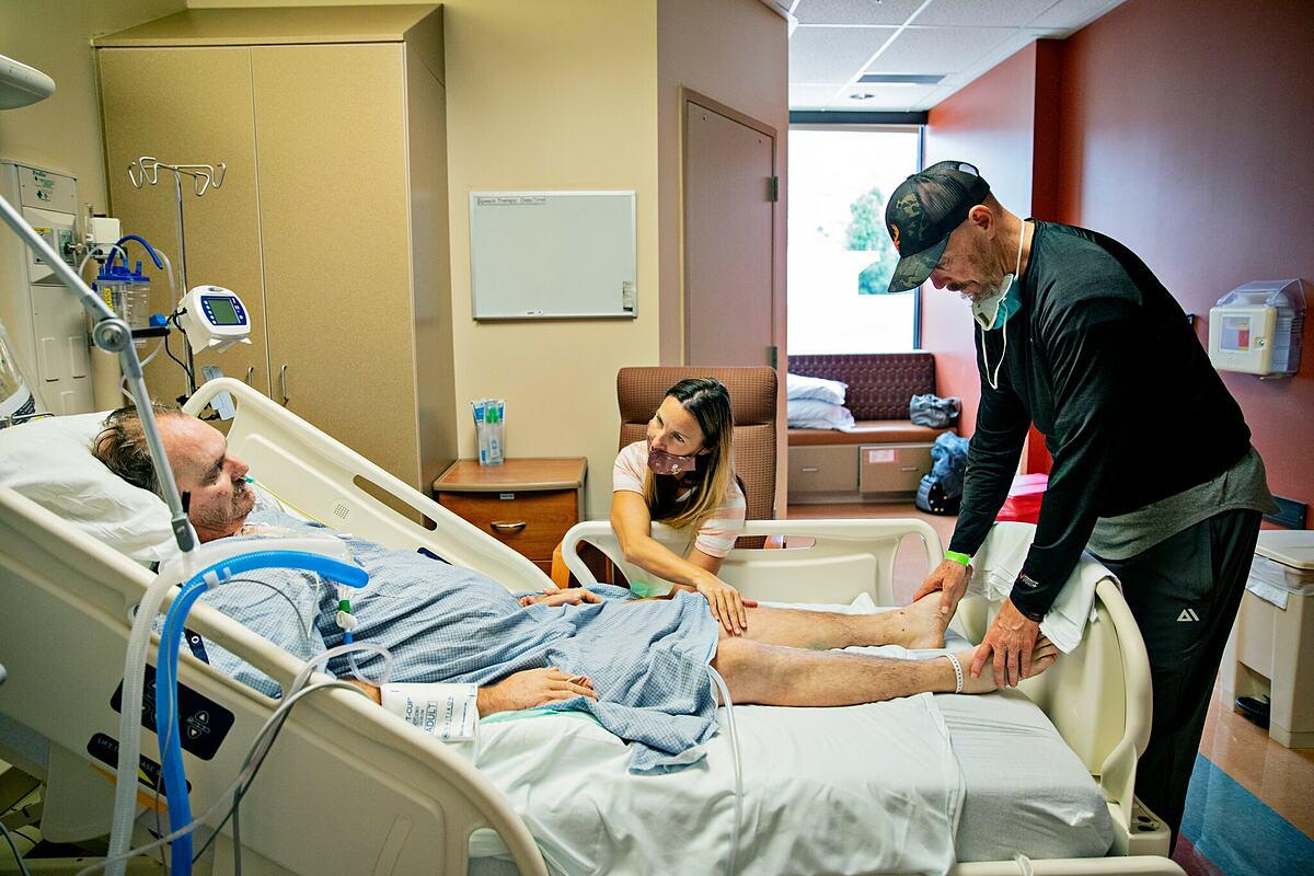 Bà Mindy Greene chăm sóc chồng là Russ Greene nhập viện vì Covid-19. Ảnh: NY Times
