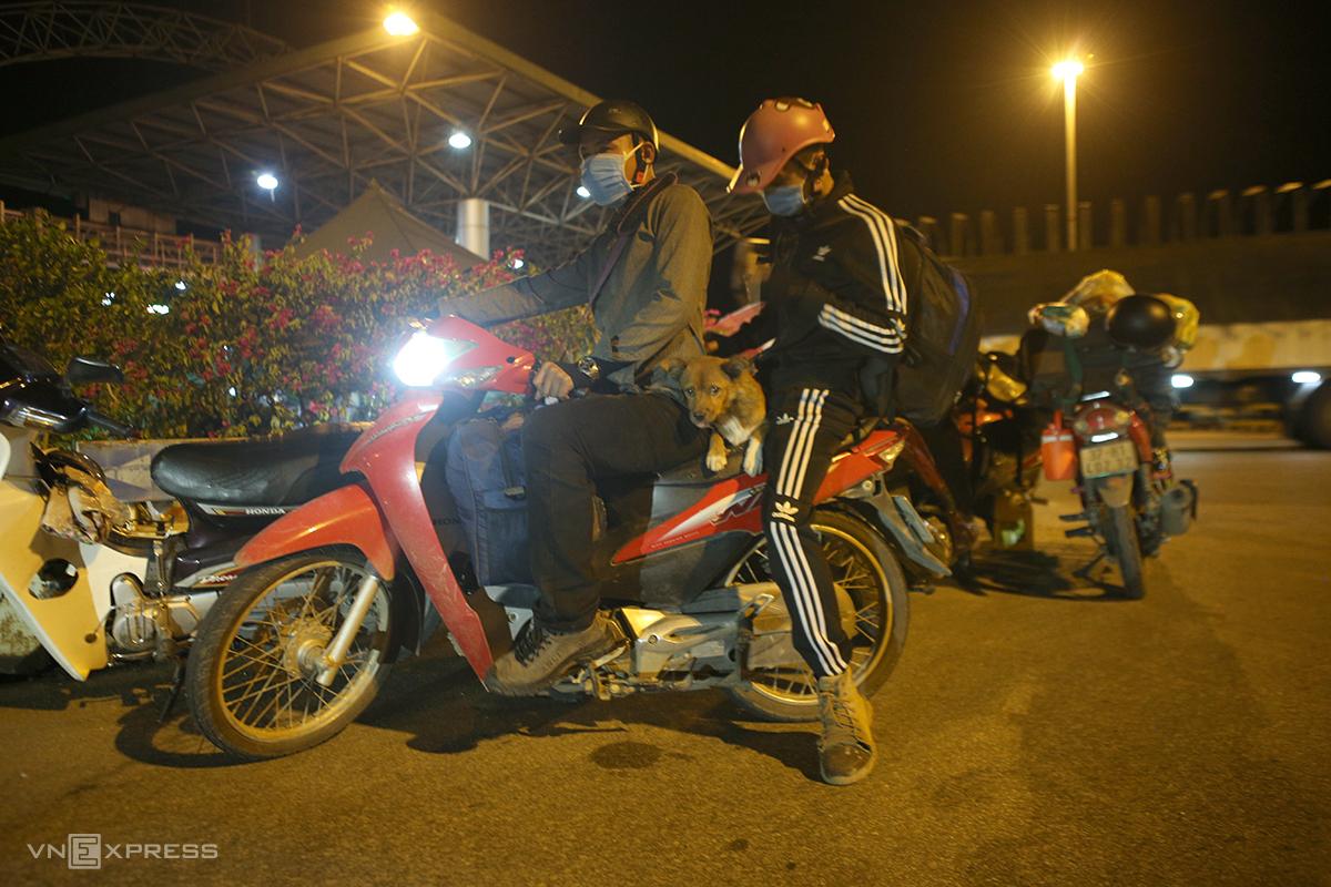 Hai công nhân Nghệ An từ Bình Dương về quê trên xe máy. Ảnh: Nguyễn Hải