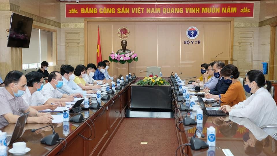 Bộ trưởng Long làm việc với đoàn Tổ chức Y tế Thế giới (WHO) tại Việt Nam, chiều 3/8. Ảnh: Trần Minh.