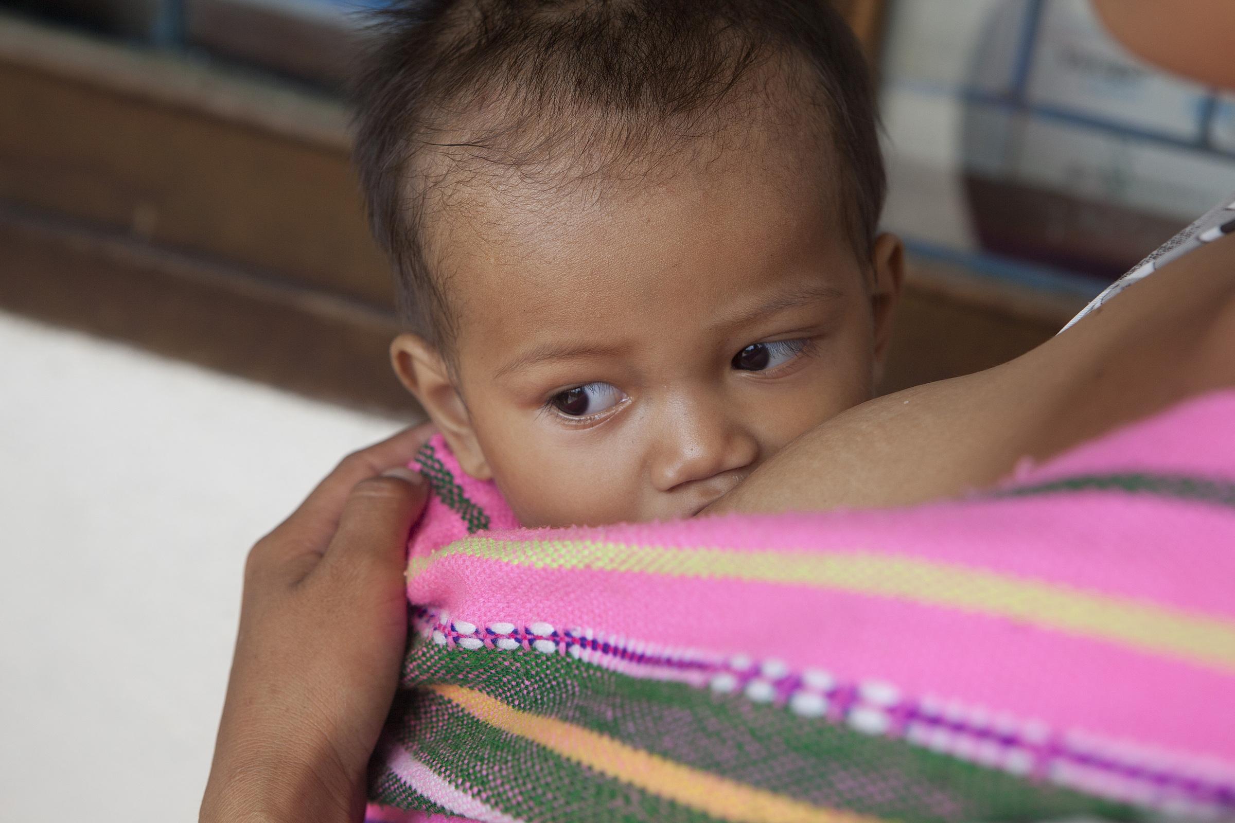 Ảnh chụp người mẹ cho con bú tại An Giang ngày. Ảnh: UNICEF - Đoàn Bảo Châu.