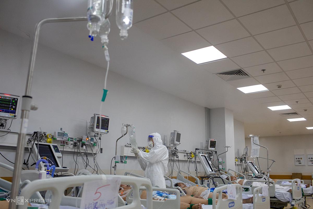 Nhân viên y tế điều trị các bệnh nhân nặng, nguy kịch tại Bệnh viện Hồi sức Covid-19, TP Thủ Đức, TP HCM. Ảnh: Thành Nguyễn.