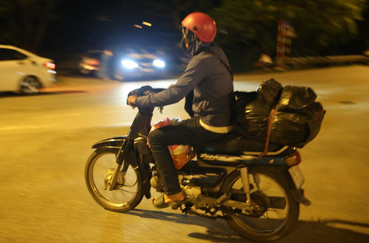 Người dân từ TP Hồ Chí Minh trên đường về Nghệ An lúc đi qua chốt kiểm soát cầu Bến Thủy 2. Ảnh: Nguyễn Hải