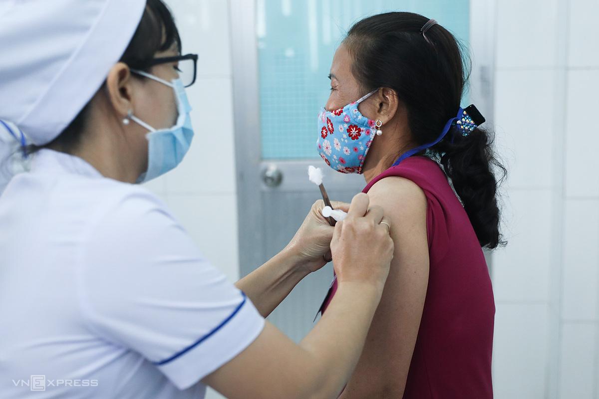 Tiêm thử nghiệm vaccine Nanocovax tại trung tâm y tế huyện Bến Lức (Long An), ngày 26/2. Ảnh:Quỳnh Trần.