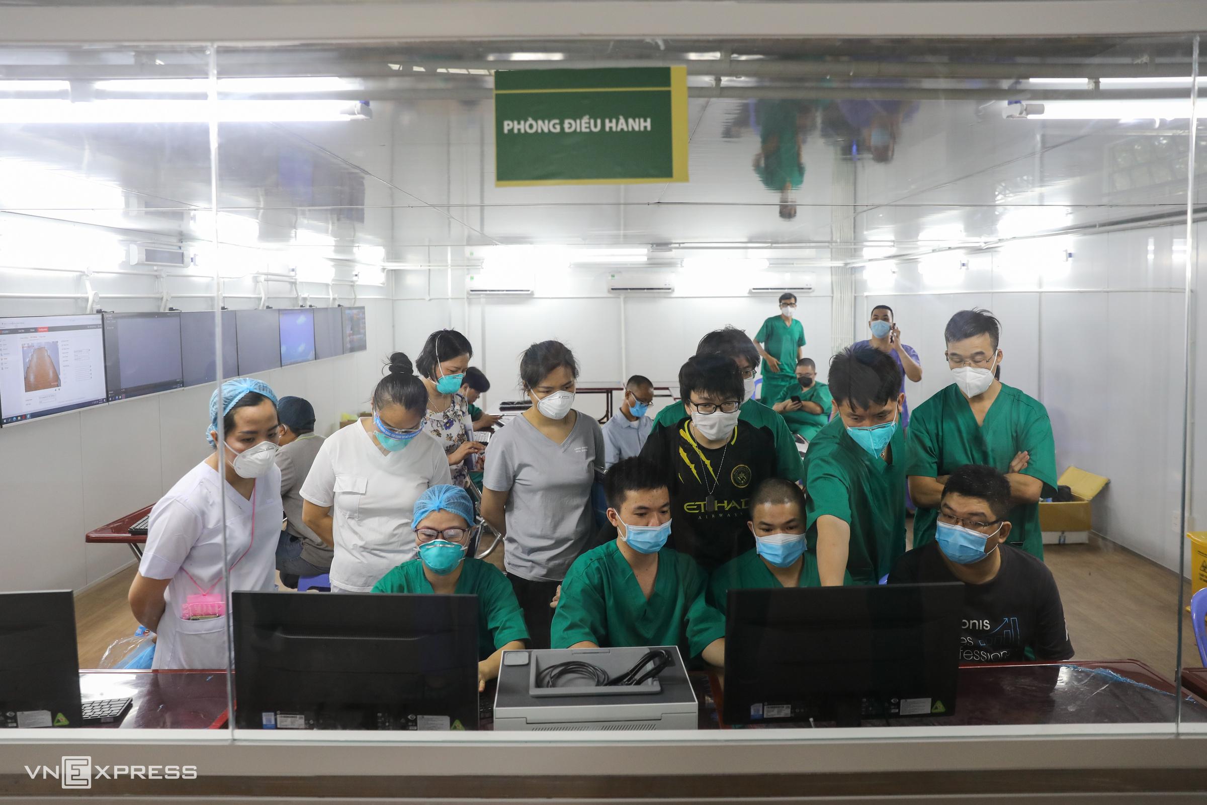 Phòng điều hành Trung tâm hồi sức tích cực tại Bệnh viện dã chiến số 16, quận 7, TP HCM, các nhân viên y tế tập huấn lại lần nữa trước lúc chính thức tiếp nhận bệnh nhân Covid-19, ngày 7/8. Ảnh: Như Quỳnh.