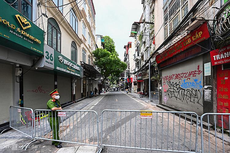 Phong tỏa đoạn phố cổ Hà Nội nơi có ca Covid-19. Ảnh: Giang Huy.