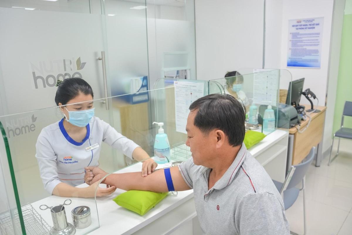 Sau khi cầm chân được các căn bệnh, anh Bá Tùng vẫn thường xuyên đến Nutrihome để kiểm tra sức khỏe định kỳ.  Ảnh: Nutrihome