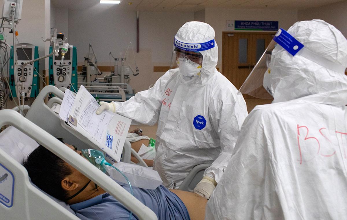 Các bác sĩ Bệnh viện hồi sức Covid-19 đang điều trị bệnh nhân nặng, nguy kịch. Ảnh: Thành Nguyễn