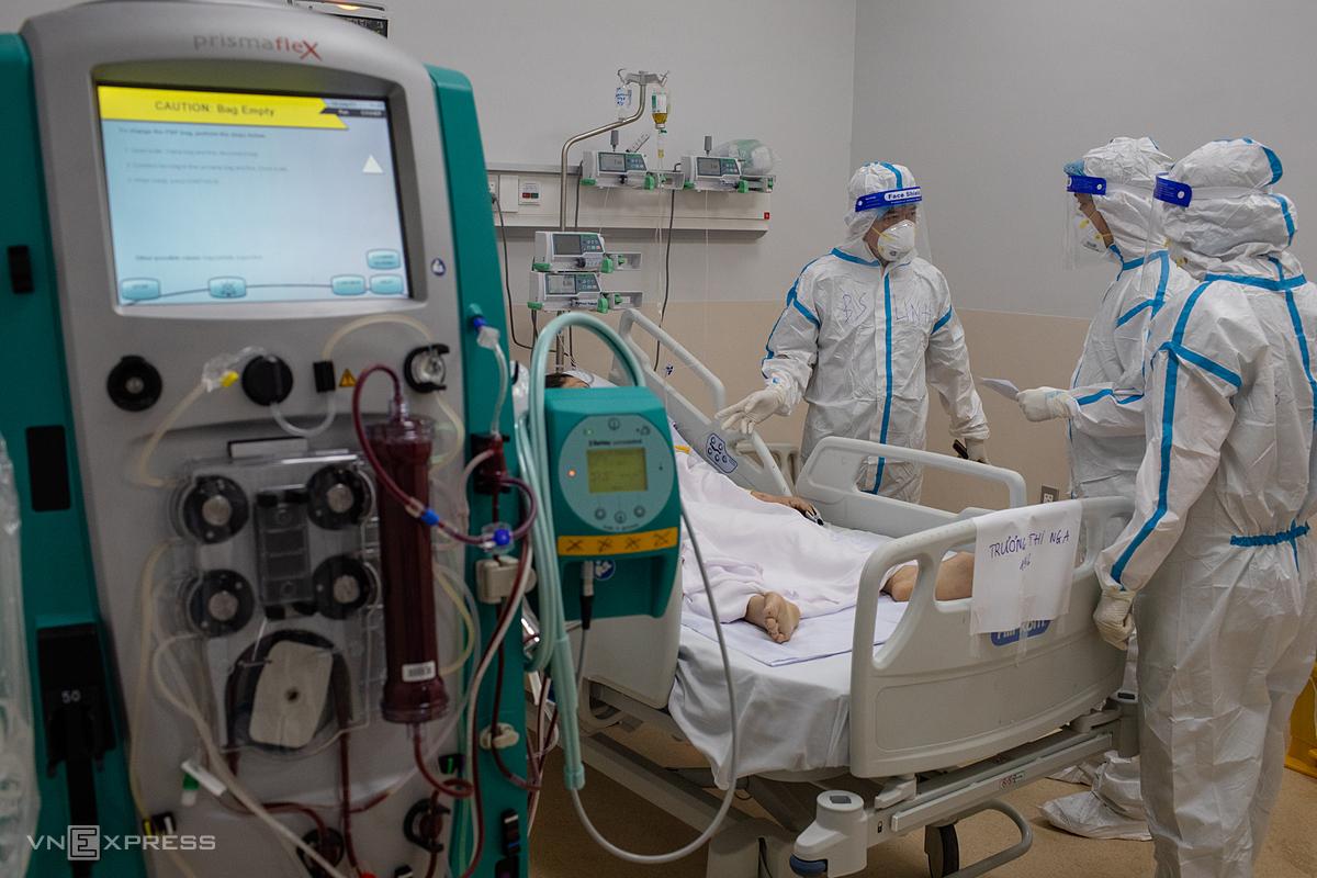 Nhân viên y tế điều trị cho các bệnh nhân nặng, nguy kịch tại Bệnh viện hồi sức Covid-19 - TP HCM (TP Thủ Đức). Ảnh: Thành Nguyễn.