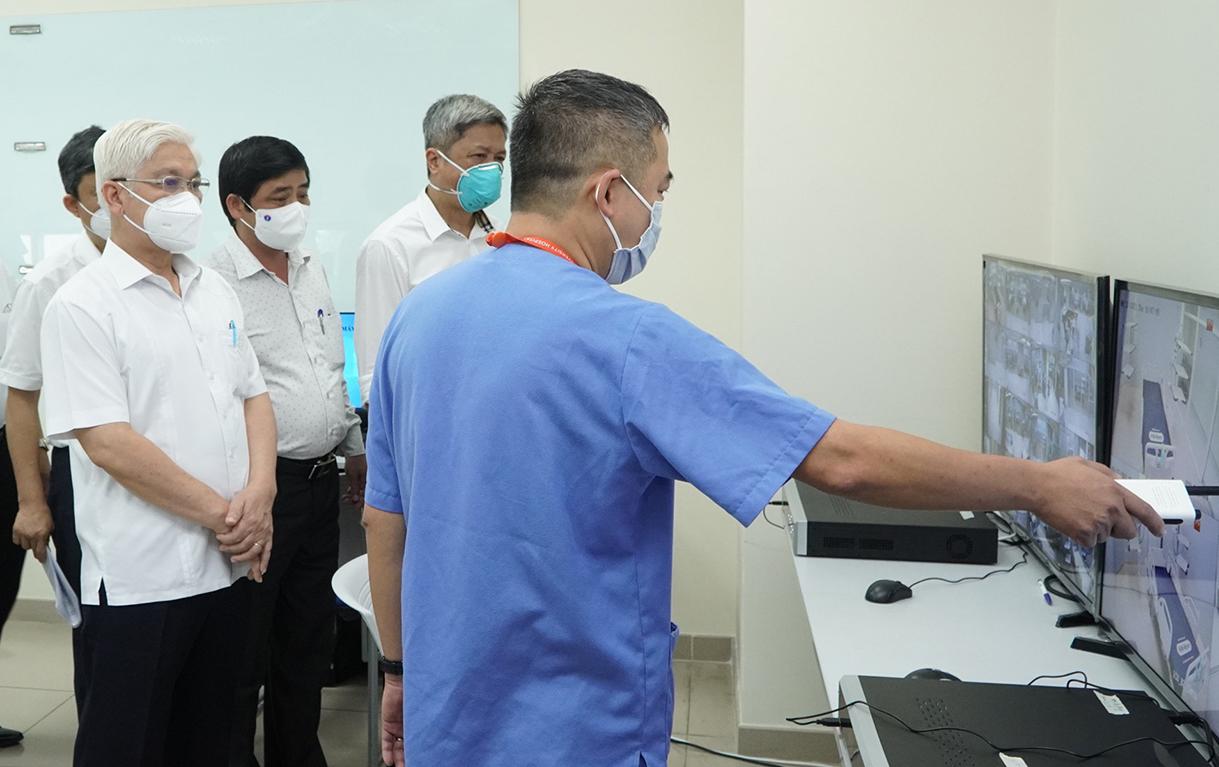 Đoàn công tác Bộ Y tế thị sát phòng theo dõi bệnh qua hệ thống camera, tại Bệnh viện dã chiến ICU Bình Dương, chiều 12/8. Ảnh: Thái Hà