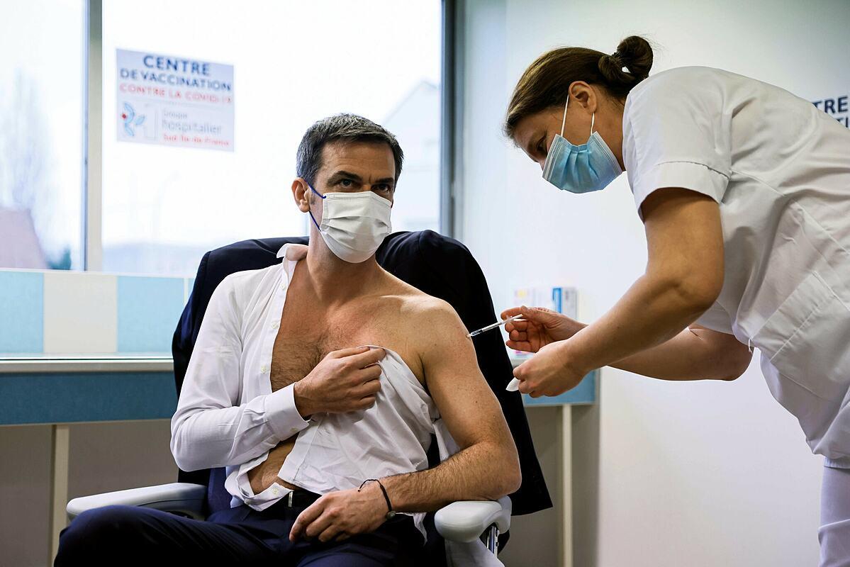 Bộ trưởng Y tế Pháp Olivier Véran tiêm vaccine Covid-19 vào tháng 2/2021. Ảnh: NY Times