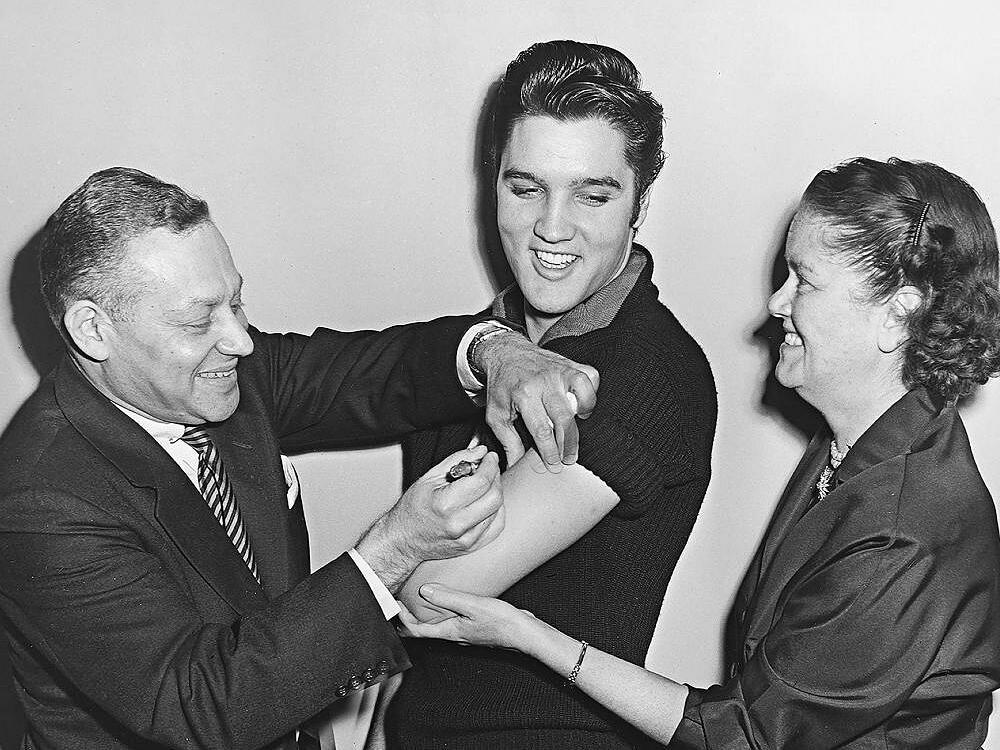 Elvis Presley tiêm vaccine bại liệt năm 1956. Ảnh: NEH