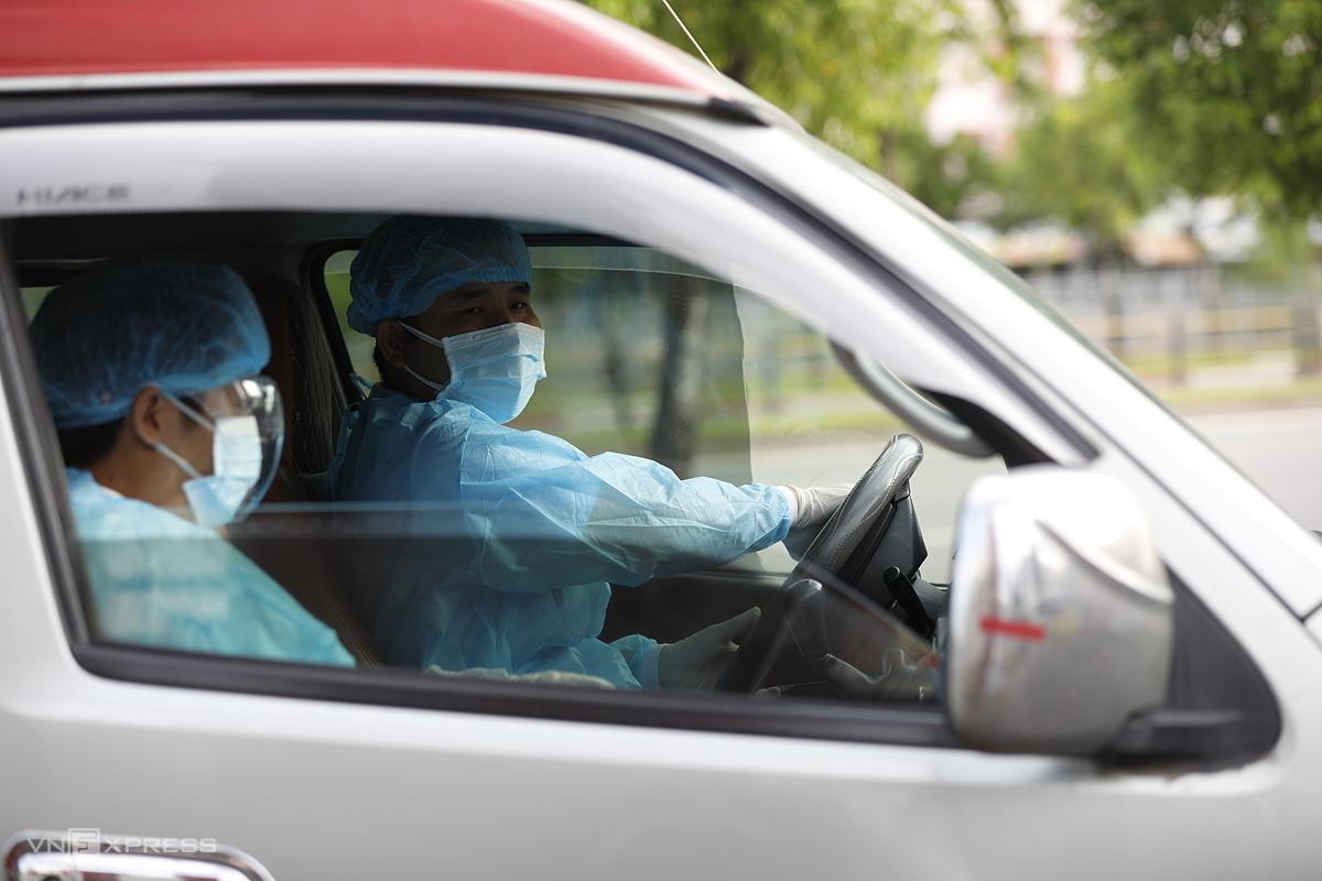 Xe cấp cứu đưa bệnh nhân đến bệnh viện ở TP HCM. Ảnh: Hữu Khoa.