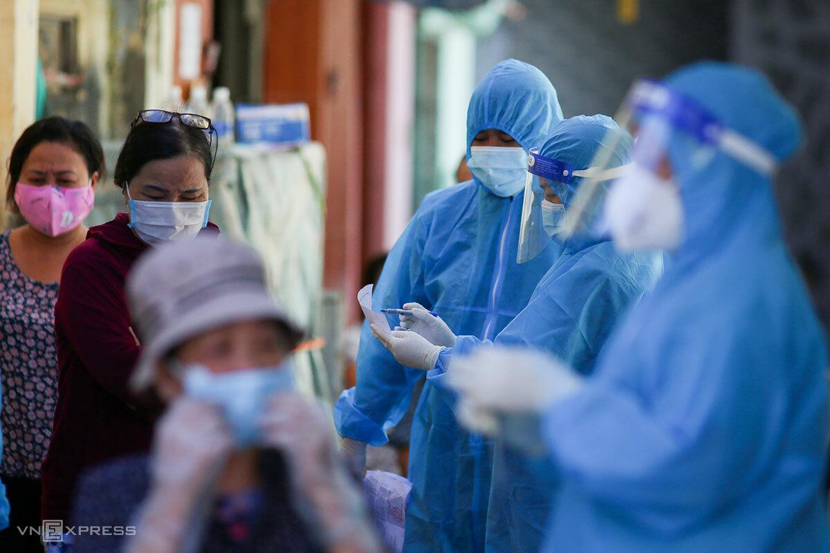 Nhân viên y tế lấy mẫu xét nghiệm tại đường Lê Duẩn, quận Thanh Khê, ngày 17/8. Ảnh: Nguyễn Đông.