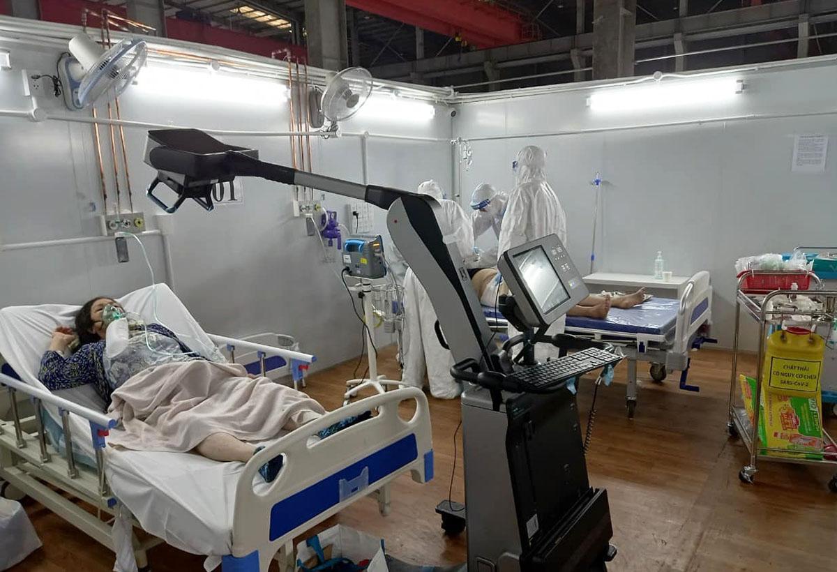 Phòng cấp cứu bệnh nhân nặng của Trung tâm Hồi sức Covid-19 do Bệnh viện Bạch Mai phụ trách, đặt tại Bệnh viện dã chiến số 16. Ảnh: Hà Văn Đạo.