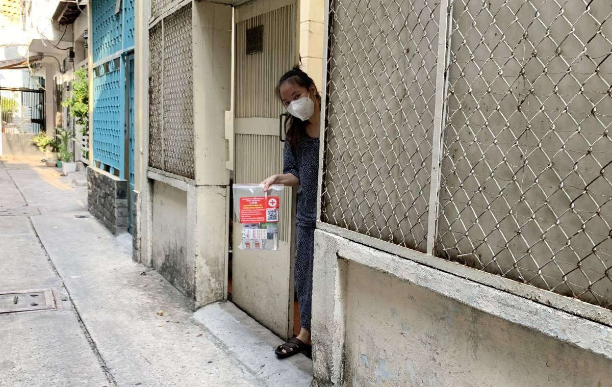 Một F0 cách ly tại nhà (phường 1, quận Tân Bình) nhận túi thuốc điều trị. Ảnh: Ban chỉ đạo phòng, chống Covid-19 phường 1, quận Tân Bình
