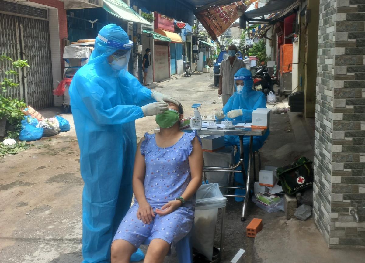 Bác sĩ Lê Bá Thành, (Học viện Quân y, Bộ Quốc phòng) trưởng trạm y tế lưu động số 2 lấy mẫu xét nghiệm tầm soát diện rộng cho người dân phường 22, Bình Thạnh. Ảnh: Bác sĩ cung cấp