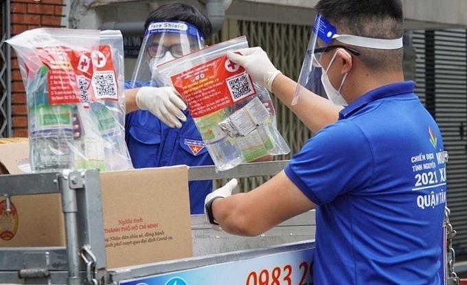 Đưa thuốc tới từng gia đình có F0 tại phường 1, quận Tân Bình, ngày 15/8. Ảnh:Trung tâm Kiểm soát Bệnh tật TP HCM.