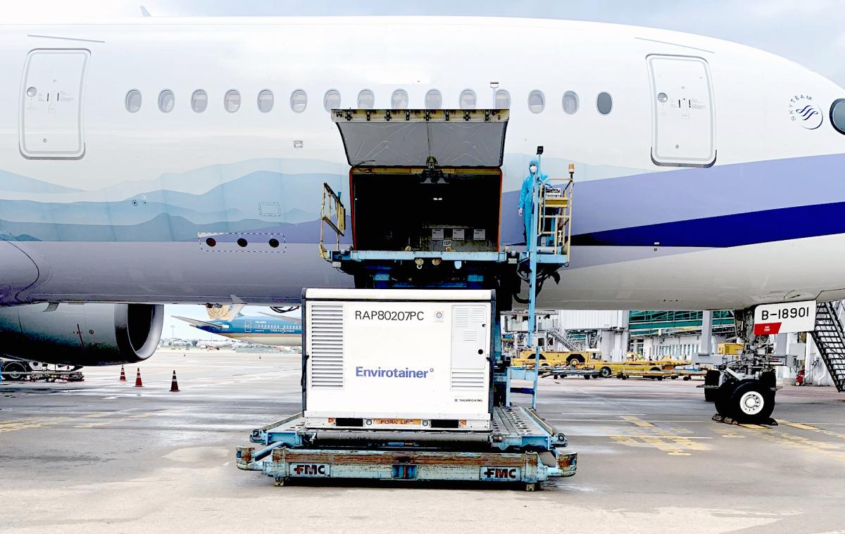Lô hàng đợt 10 về tới sân bay Tân Sơn Nhất chiều qua với 524.300 liều AstraZeneca. Ảnh: Phong Lan