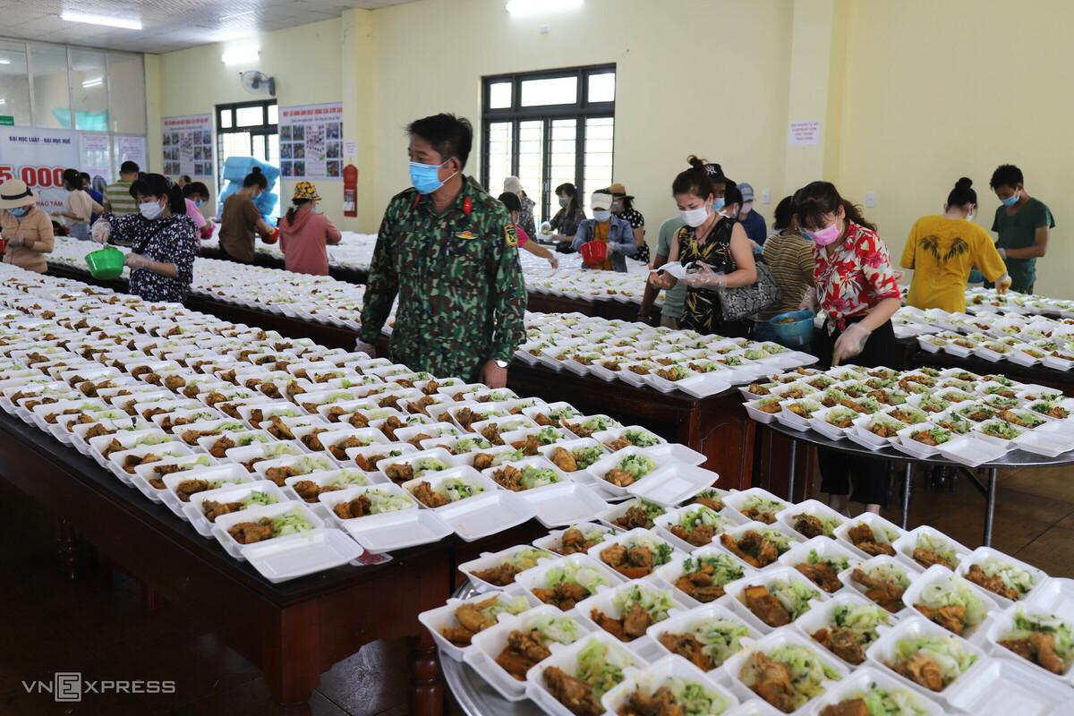 Người dân Thừa Thiên Huế giúp bộ đội nấu cơm cho khu cách ly Covid-19. Ảnh: Võ Thạnh