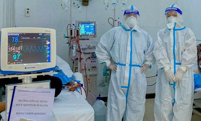 Bác sĩ Bách (bên trái) và điều dưỡng Oanh. Ảnh: Nhân vật cung cấp