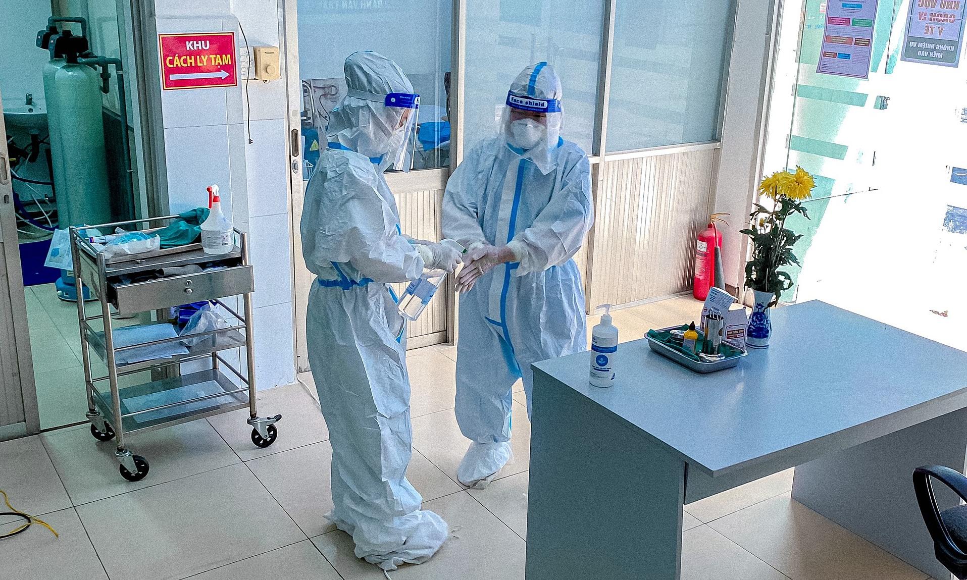 Nhân viên y tế mặc đồ bảo hộ kín mít từ đầu đến chân, với quy trình kiểm soát nhiễm khuẩn nghiêm ngặt, để hạn chế nguy cơ lây nhiễm. Ảnh: Bác sĩ cung cấp