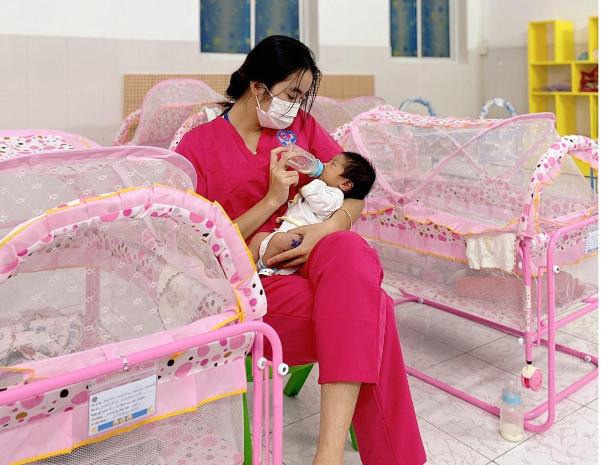 Những bảo mẫu trắng đêm chăm trẻ sơ sinh có mẹ mắc Covid-19 - page 2