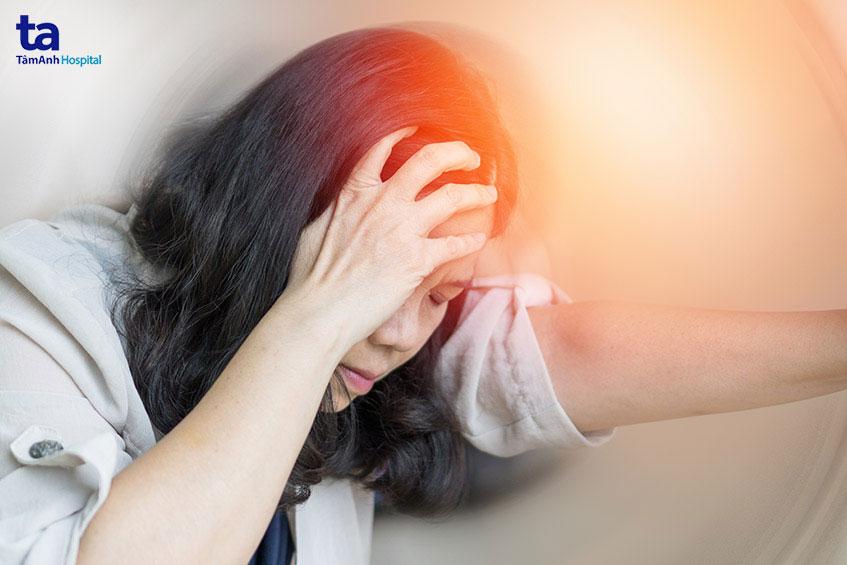 Chóng mặt là một triệu chứng phổ biến của đau đầu Migraine.