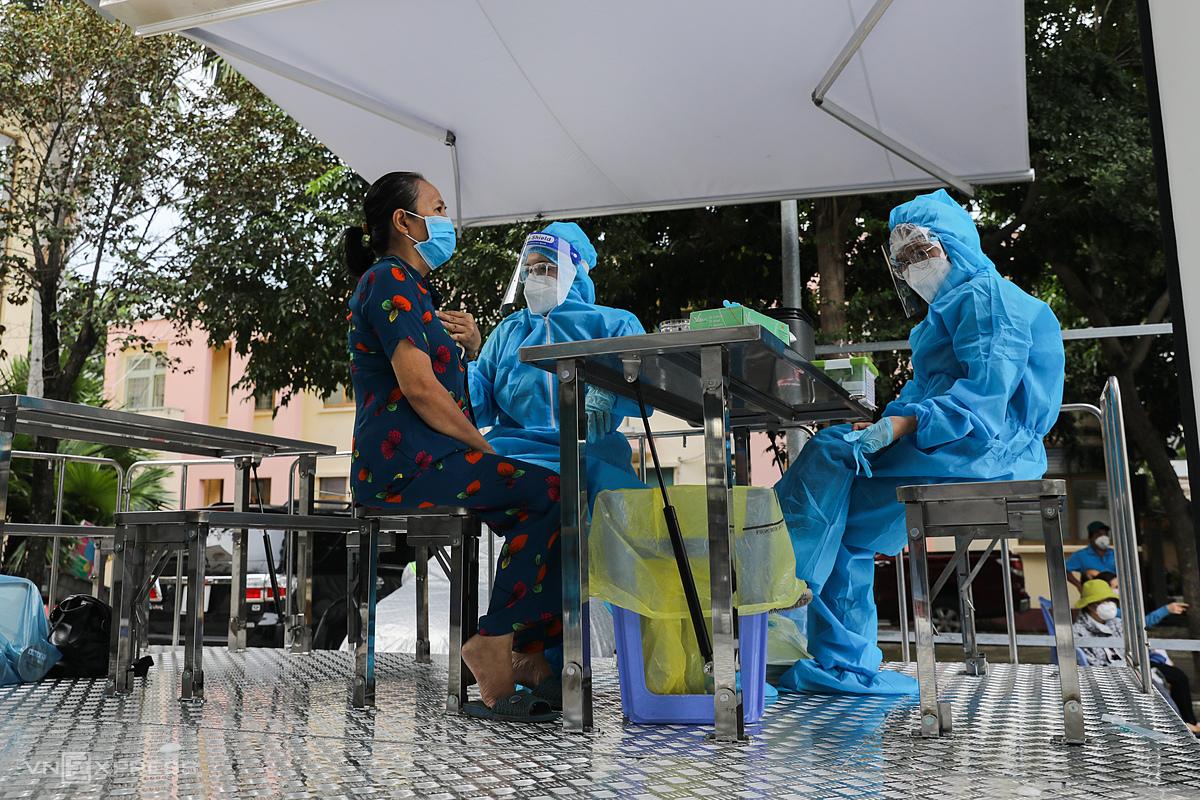 Người dân tiêm trên xe tiêm vaccine lưu động ở quận Gò Vấp, ngày 14/8/2021. Ảnh: Quỳnh Trần/VnExpress