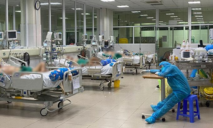 Điều dưỡng khoa ICU, Bệnh viện Bệnh nhiệt đới tranh thủ ngủ mệt trong một ca trực đêm cuối tháng 5. Ảnh:Bệnh viện cung cấp