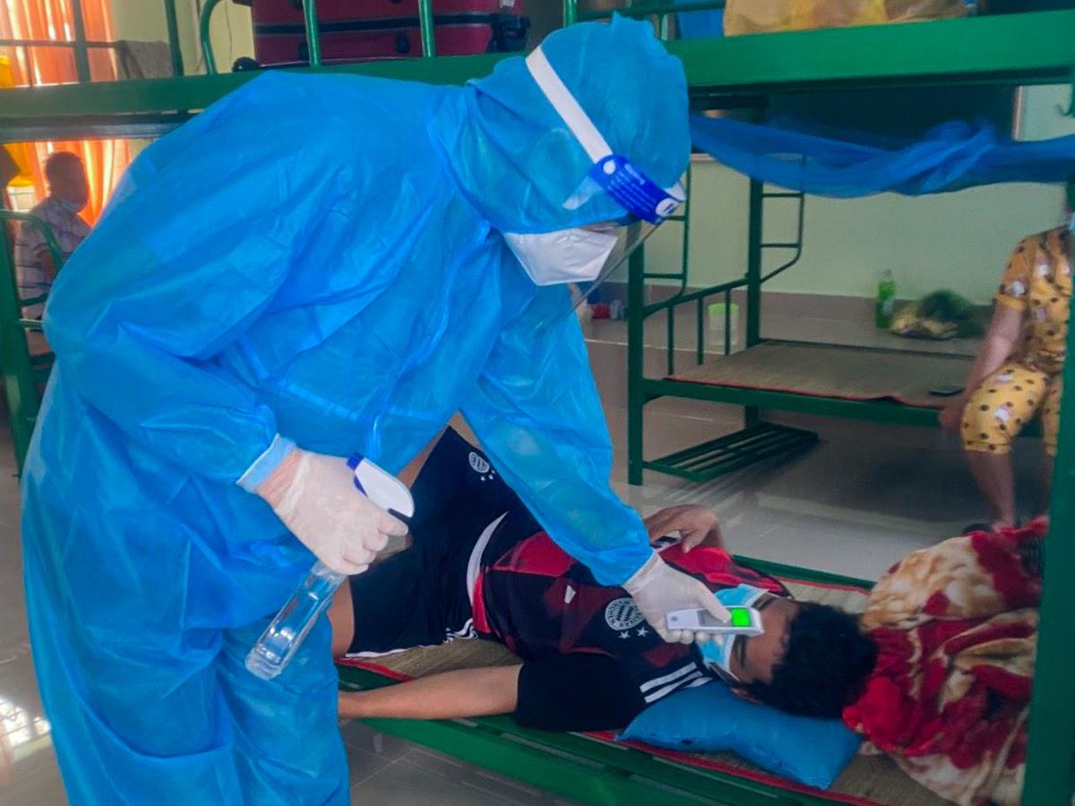Bác sĩ Trần Văn Thành thăm khám bệnh nhân. Ảnh: Bác sĩ cung cấp