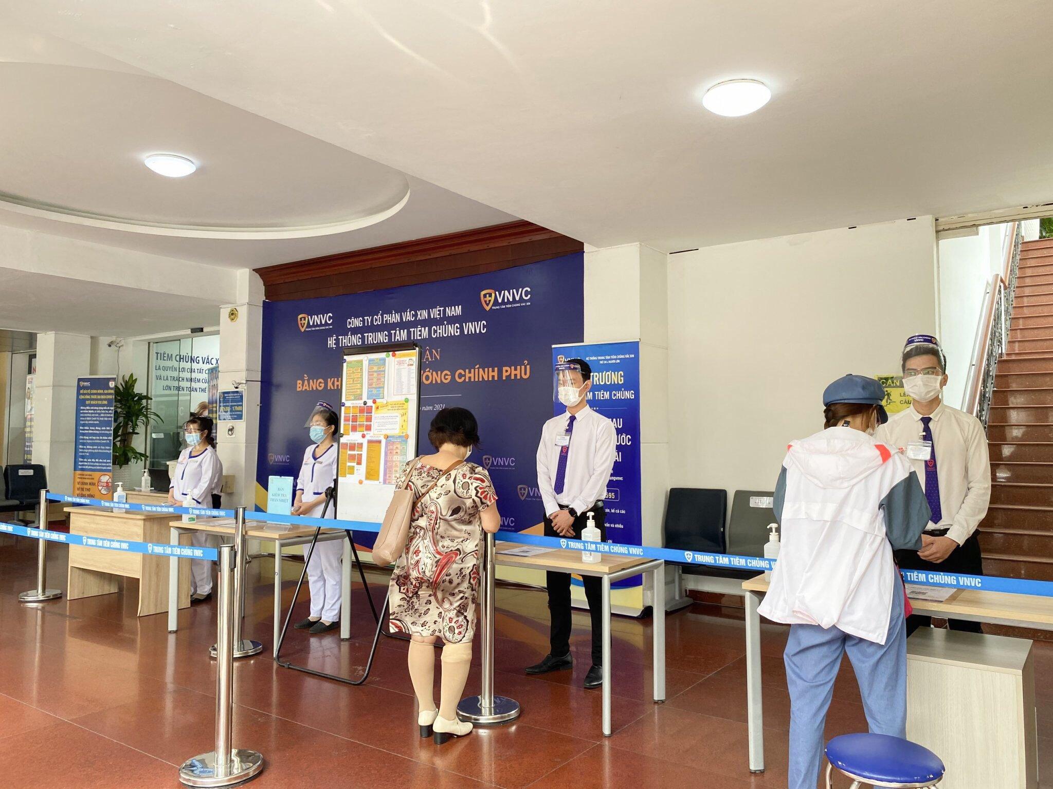 [Caption]Khách hàng thực hiện khai báo y tế tại trung tâm VNVC Hoàng Văn Thụ, TPHCM. Ảnh: Phong Lan