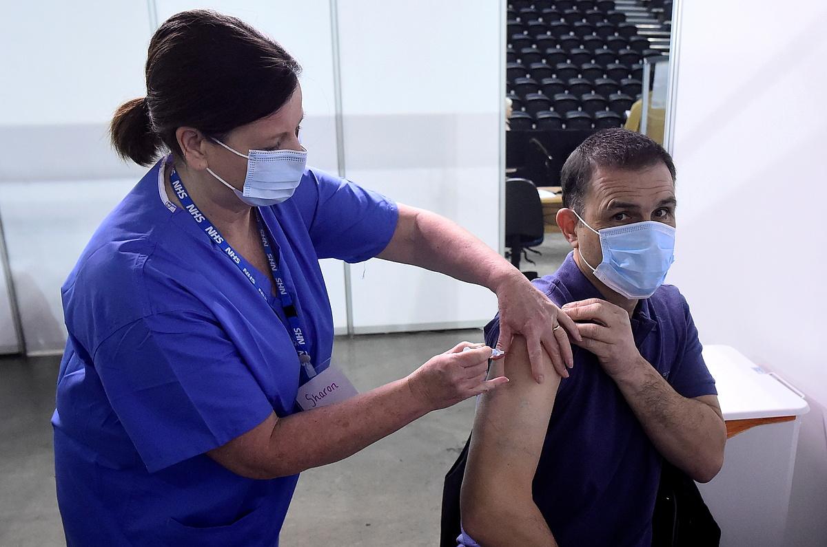 Một người đàn ông được tiêm vaccine Covid-19 tại Belfast, Bắc Ireland, ngày 29/3. Ảnh: Reuters