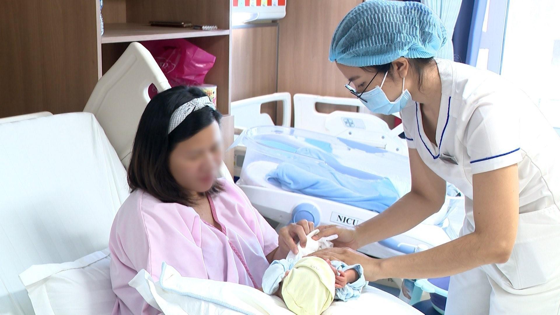 Sau 3 tuần, bé trai đạt cân nặng 1.900 gram, sức khỏe ổn định, có thể cùng chị Yên xuất viện. Ảnh: Bệnh viện Đa khoa Tâm Anh.