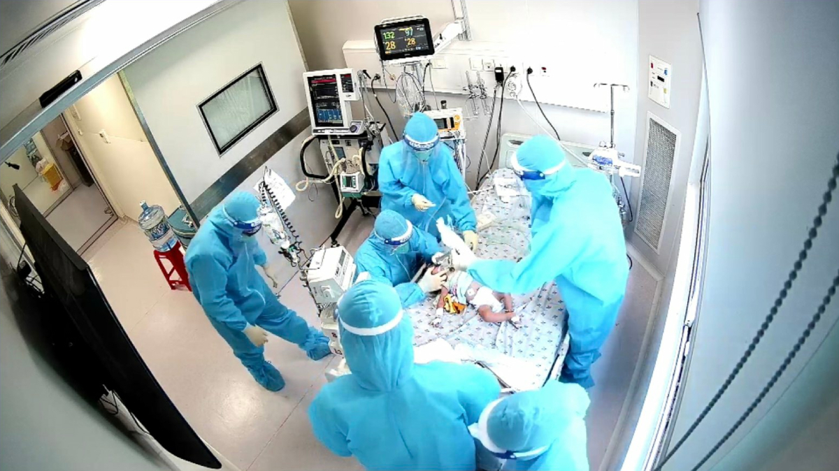 Một bệnh nhi 12 tháng tuổi vừa dị tật bẩm sinh tim, chẻ vòm, suy dinh dưỡng mắc Covid-19 nặng điều trị tại Bệnh viện Nhi đồng Thành phố. Ảnh: Bệnh viện Nhi đồng Thành phố