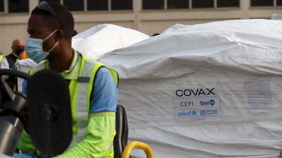 Các lô vaccine Covid-19 do Covax tài trợ đến sân bay quốc tế Kotoka ở Accra (Ghana).