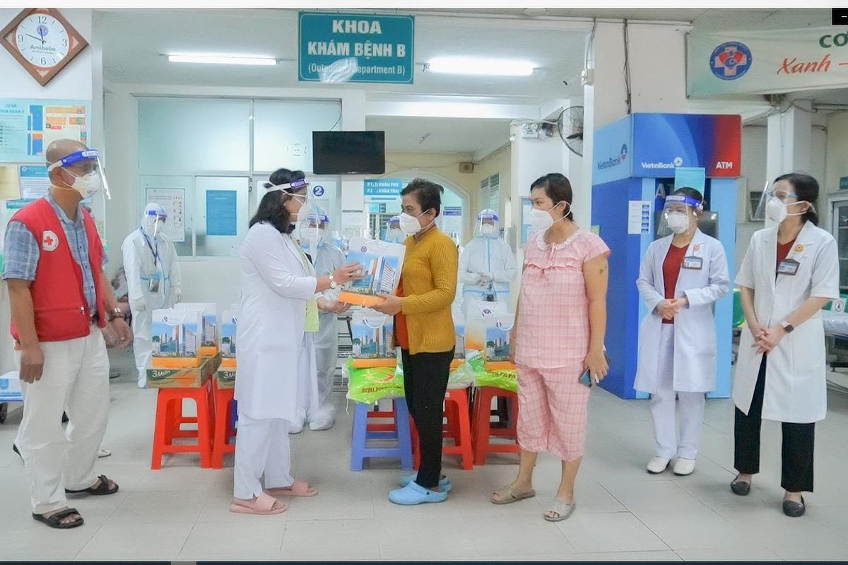Lãnh đạo Bệnh viện Hùng Vương chúc mừng hai bệnh nhân thở máy đầu tiên ra viện. Ảnh: Bệnh viện cung cấp.