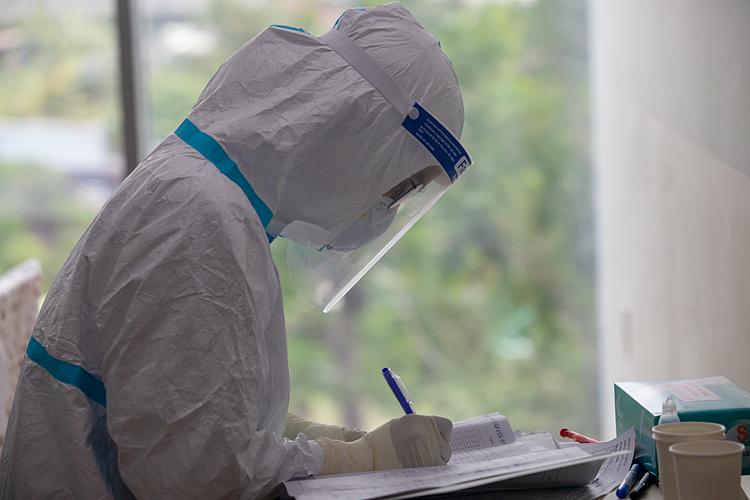 Nhân viên y tế điều trị cho các bệnh nhân nặng, nguy kịch tại Bệnh viện hồi sức Covid-19 - TP HCM (TP Thủ Đức), ngày 19/7. Ảnh: Thành Nguyễn/