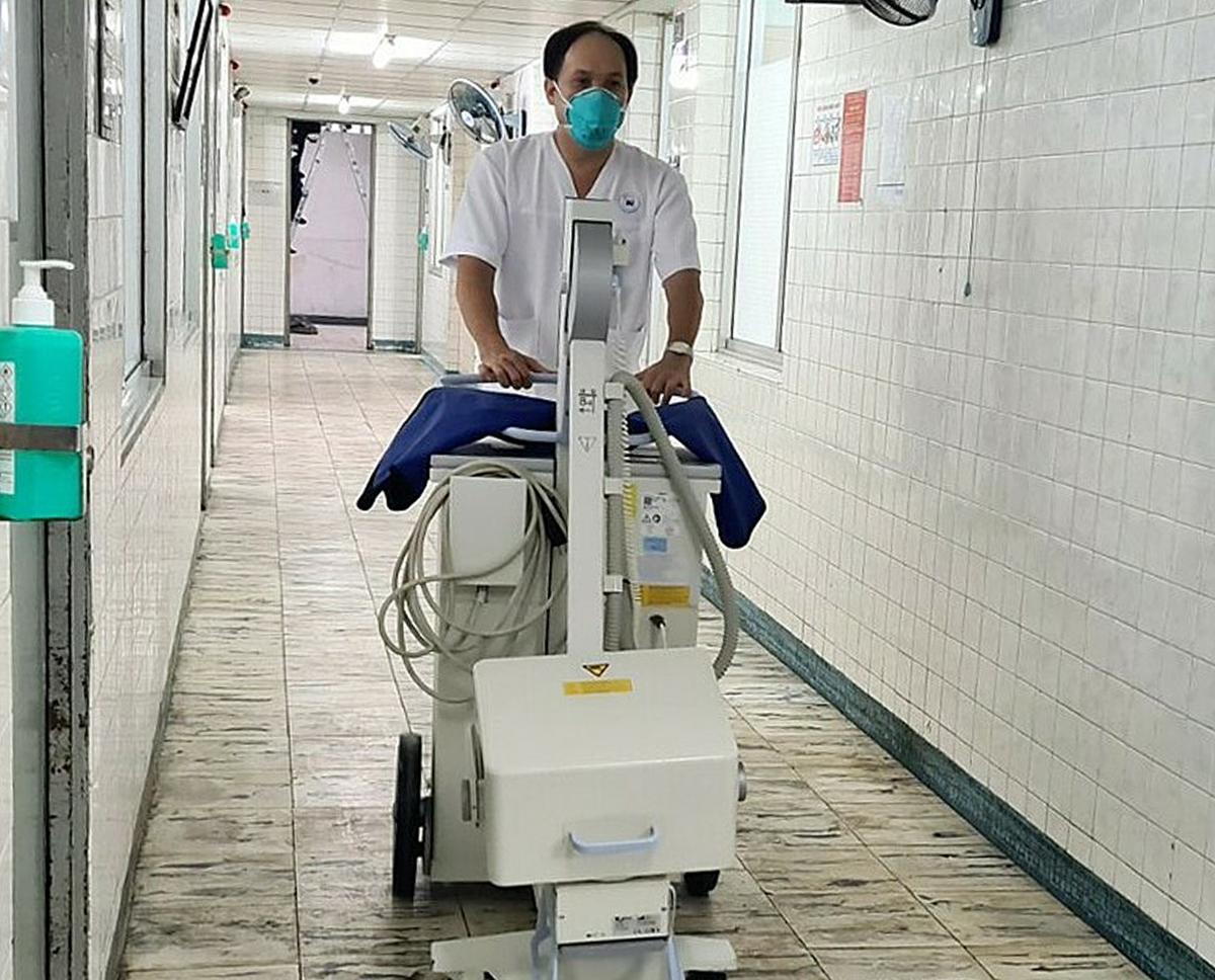 Nhân viên y tế đẩy máy siêu âm vào khoa, sáng 6/9. Ảnh: Lê Phương