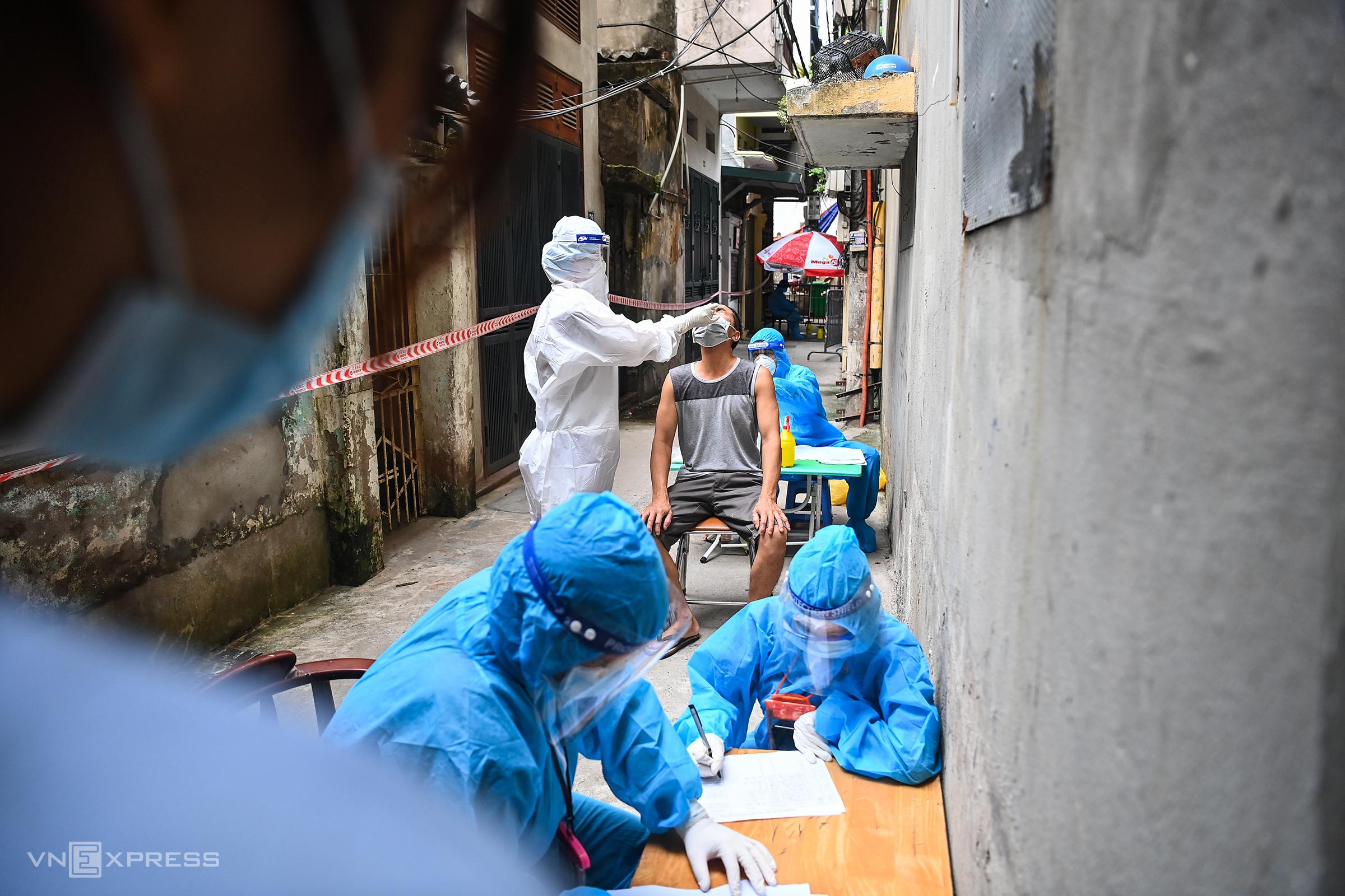 Nhân viên y tế lấy mẫu xét nghiệm tại ổ dịch phường Thanh Xuân Trung, quận Thanh Xuân, Hà Nội hôm 30/8. Ảnh: Giang Huy
